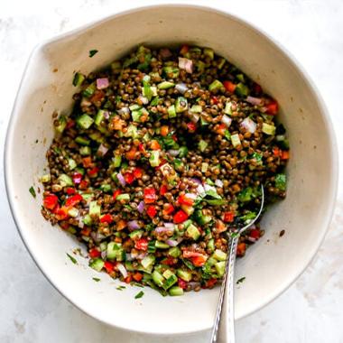 طرز تهیه سالاد عدس رژیمی؛ یک غذای گیاهی رنگی و خوشمزه