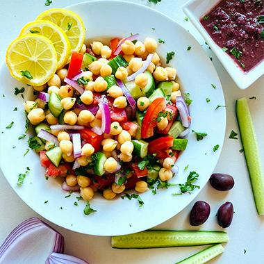 طرز تهیه سالاد نخود مدیترانه ای: یک غذای خوشمزه و بسیار سالم