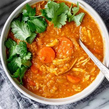 طرز تهیه سوپ دال عدس با مرغ ریش ریش فوقالعاده خوشمزه