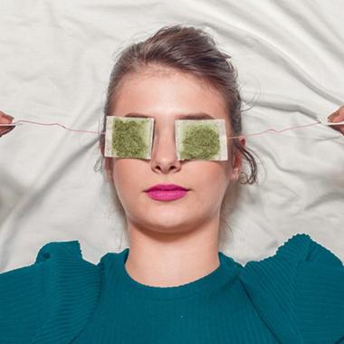 ۱۷ روش برای خلاص شدن از پف زیر چشم