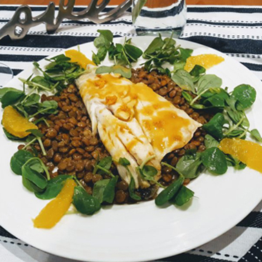 طرز پخت ماهی کبابی با عسل و پرتقال همراه عدس