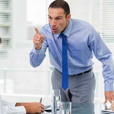 روش کنار آمدن با یک رییس عصبانی و بداخلاق!
