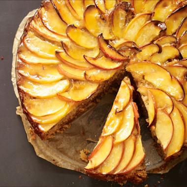 طرز تهیه کیک سیب با سس تافی