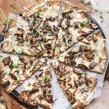 طرز تهیه پیتزا قارچ و پیاز کاراملی