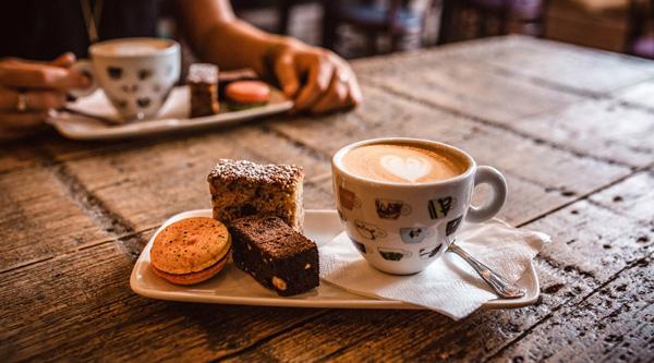صبحانه نوشیدن قهوه