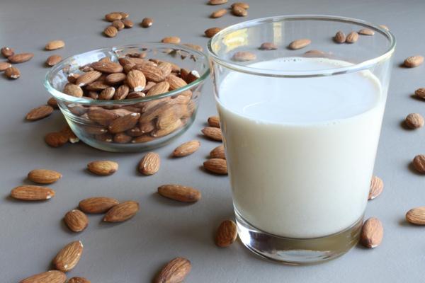 درست کردن شیربادام در خانه