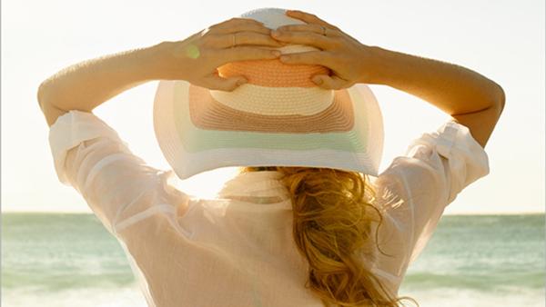 استفاده ار کلاه در برابر نور خورشید