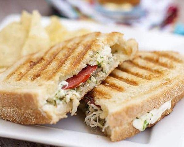 طرز تهیه پنینی مرغ و پستو بدون ساندویچ ساز