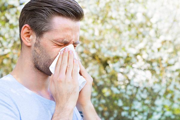 علائم حساسیت فصل بهار چیست