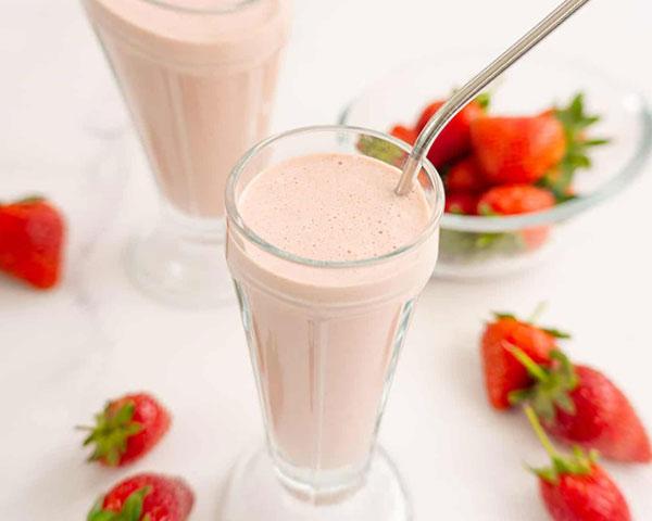 طرز تهیه شیک توت فرنگی یا شیر توت فرنگی