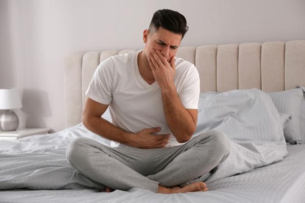 چه زمانی برای مسمومیت غذایی باید به پزشک مراجعه کرد