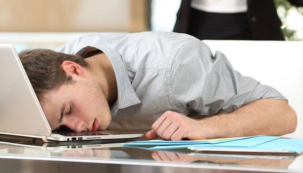 دلایل مشت کردن دستها در خواب
